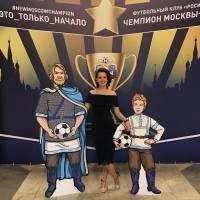 Прекрасная Кристина Колесникова с ростовыми фигурами